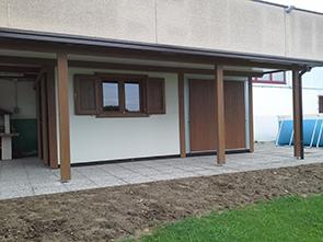 3 casetta prefabbricata realizzata con pannelli in doppia lamiera figurato legno coibentati con poliuretano espanso annesso porticato e serramenti in