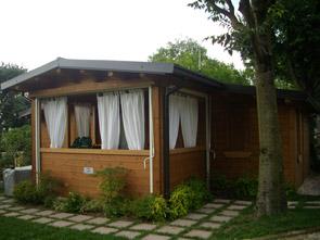 16 casetta prefabbricata in legno montata su telaio in ferro completa di veranda