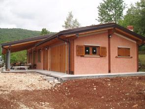 Realizzazione prefabbricati e bungalow edil garden for Casette con portici